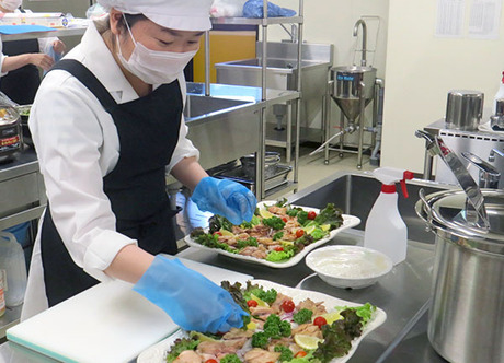 未経験でも大歓迎の「給食調理補助」!普段家で料理をしない方でも問題ありません。「積極採用中」